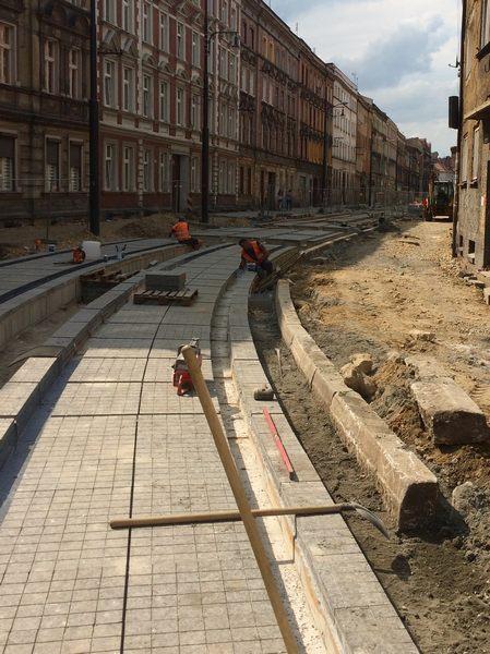 Modernizacja-torowiska-tramwajowego-Bytom-podlewy-osadzanie-plyty-1